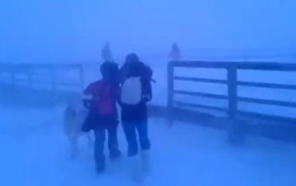 В Сети появилось видео со школьниками из РФ, идущими в метель