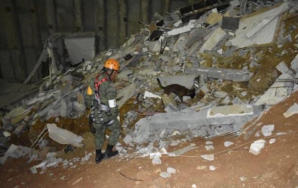 У Мексиці житлові будинки впали в котлован