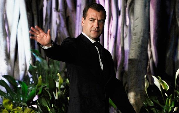 Медведев распорядился сократить число иностранцев в РФ
