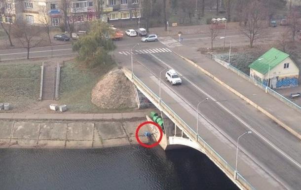 У Києві на мосту повісився чоловік - ЗМІ