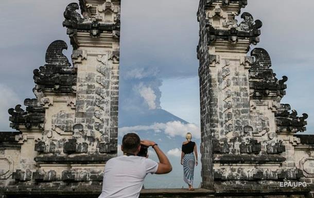 На Балі застрягли 60 тисяч туристів через вулкан