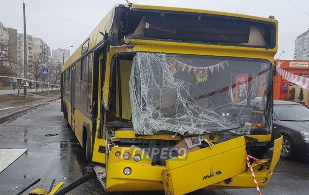 В Киеве автобус протаранил грузовик