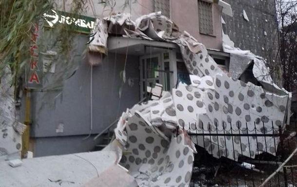 В Киеве со стены многоэтажки обвалился утеплитель