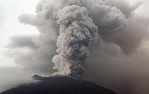 Через вулкан Агунг тисячі туристів досі не можуть покинути Балі