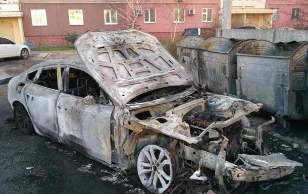 В Запорожье во дворе дома горели четыре авто