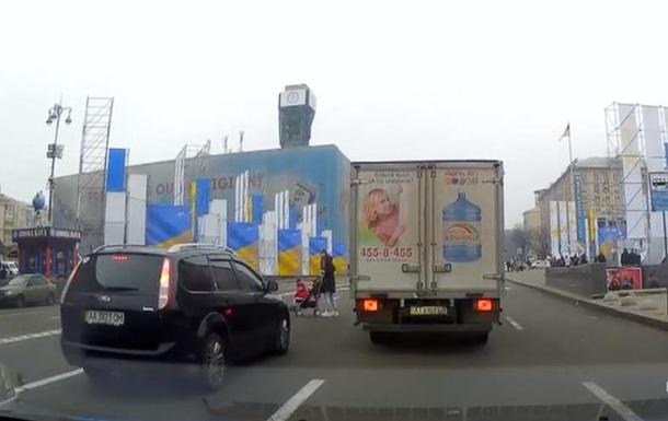 В Киеве женщина с коляской пыталась перебежать восемь полос Крещатика
