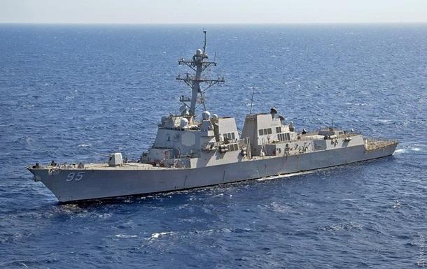 Американський есмінець не може зайти в одеський порт через шторм