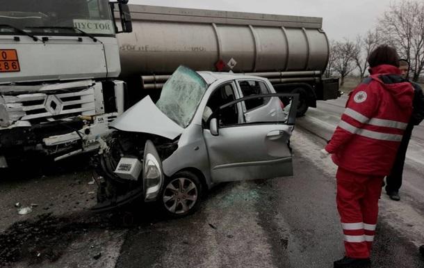 Под Запорожьем Hyundai столкнулся с бензовозом, есть жертвы