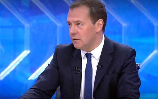 Медведев назвал бедность главной проблемой экономики РФ