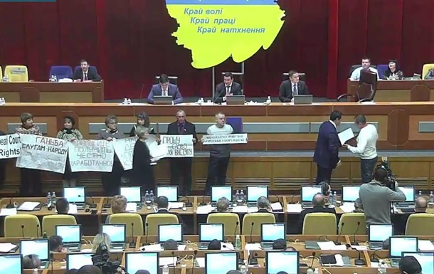На сессии Запорожского облсовета митинговали рабочие