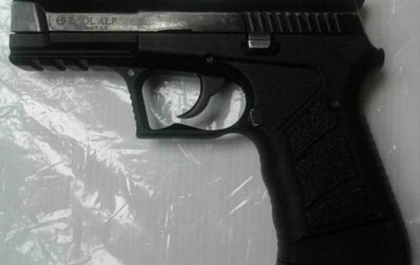 У Києві на станції метро затримали іноземця зі зброєю