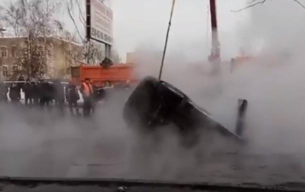 У РФ авто з вагітною провалилося в яму з окропом