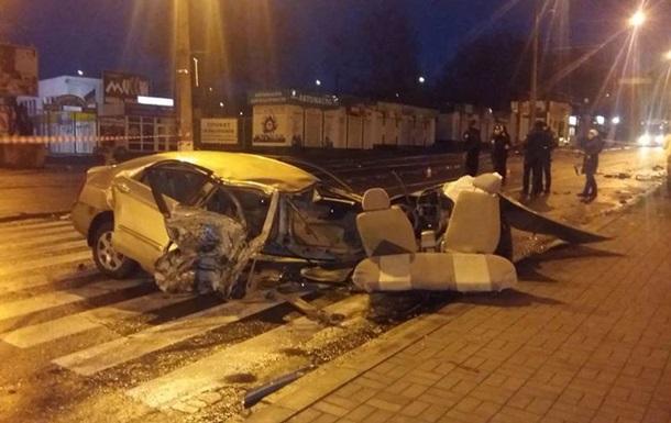 У Миколаєві легковик врізався в стовп: троє постраждалих
