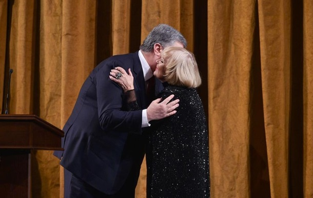 Порошенко вручил актрисе Аде Роговцевой премию