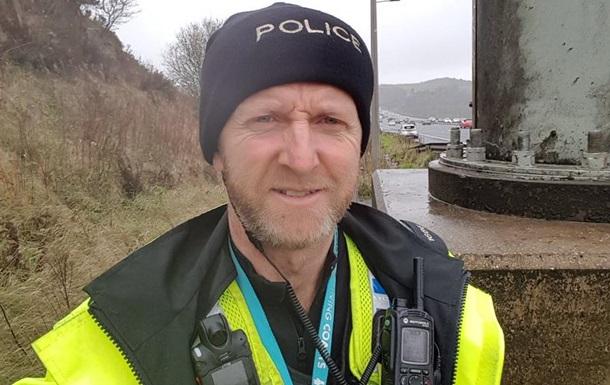 Британский полицейский голыми руками удержал падающий смоста фургон