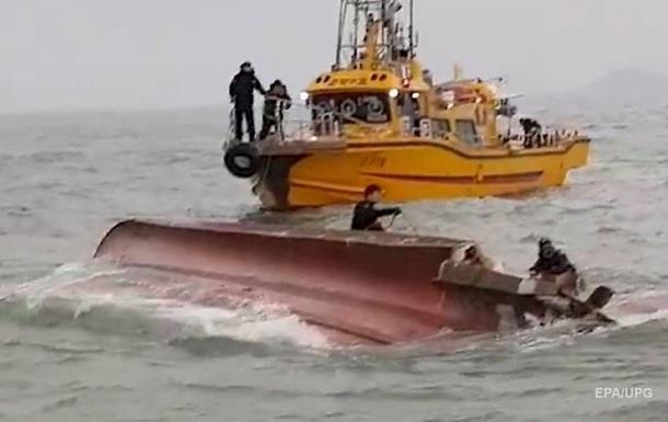 Біля Південної Кореї зіткнулися танкер і судно: 13 жертв