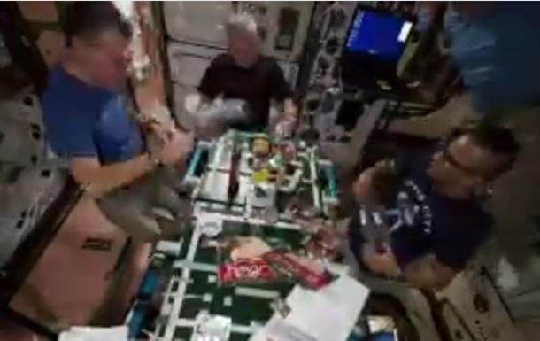 Космонавты приготовили пиццу наМКС вусловиях невесомости