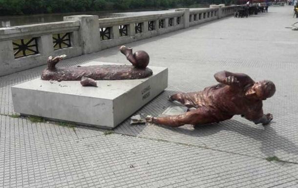 В Буэнос-Айресе вандалы разрушили статую Месси