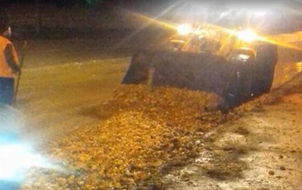 У Дніпрі через ДТП дорогу засипало мандаринами