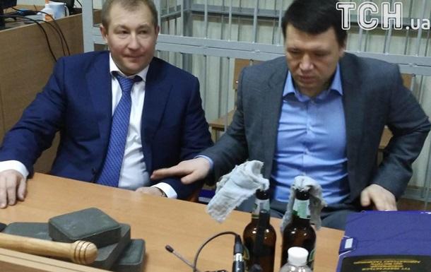Адвокат Януковича принес на заседание суда брусчатку и коктейль Молотова