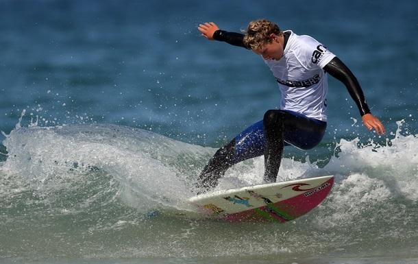 Австралийский серфер проплыл прямо над акулой