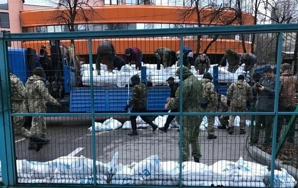 Під офісом NewsOne розбирають барикаду з мішків