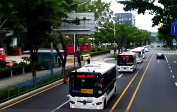 У Китаї розпочали курсувати безпілотні автобуси