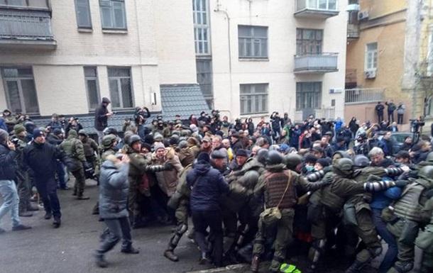 Возле дома Саакашвили начались потасовки