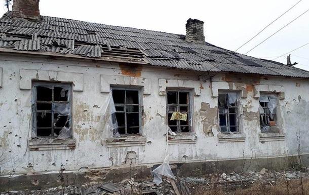 Військові показали наслідки обстрілу селища в Луганській області