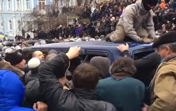 Поліція затримала дев ять осіб за блокування авто зі Саакашвілі
