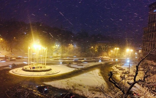 Снег в Киеве убирают более 100 единиц спецтхеники