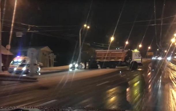 В Киеве снегоуборочная машина попала в ДТП