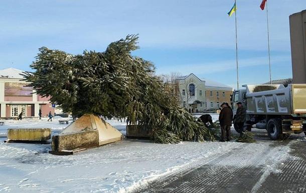 В Золотоноше рухнула главная елка города