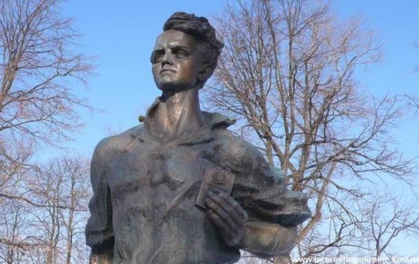 У Прилуках облили фарбою пам ятник члену Молодої гвардії