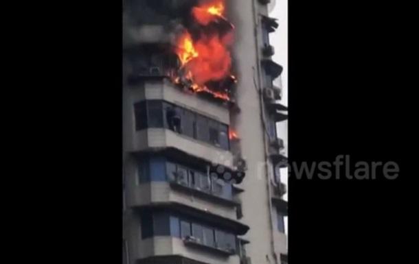 Спасавшегося от пожара китайца сняли на видео