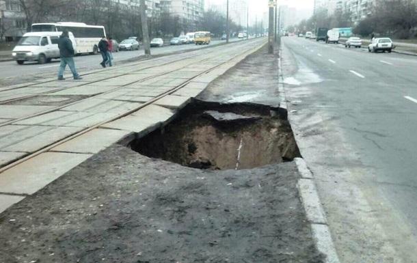 В Киеве обвалилась земля под трамвайными путями