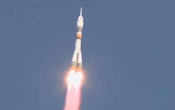 """Росія запустила ракету """"Союз"""" з екіпажем для МКС"""