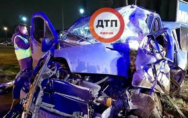 В Киеве маршрутка врезалась в микроавтобус, есть пострадавшие