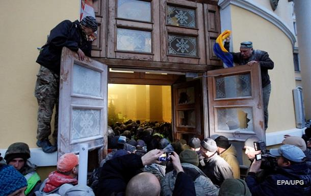 Поліція: під Жовтневим постраждали 32 силовики