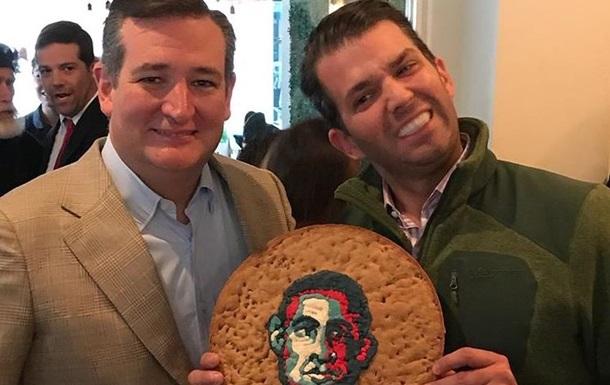 Трампу-молодшому подарували величезне печиво з портретом Обами