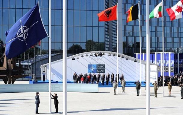 НАТО: Украина должна назначить гражданского министра обороны