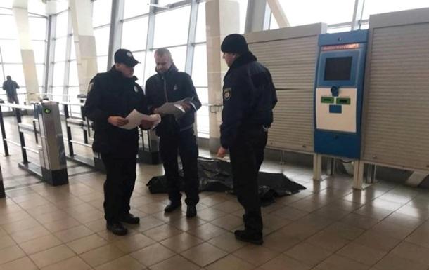 В Киеве на входе в станцию метро умерла женщина