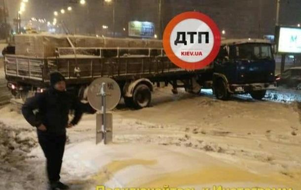 У Києві вантажівка з цеглою перекрила всю дорогу