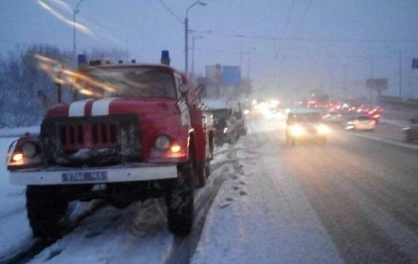 Дороги в Україні розчищають понад тисячу осіб