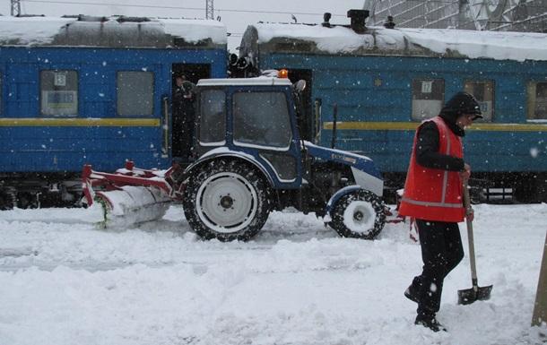 Сильные снегопады в Украине вызвали задержку 30 поездов