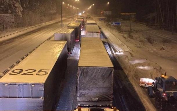 По трассе Киев-Чоп ограничили движение грузовиков