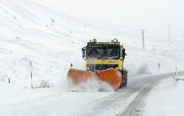 Снігопади в Україні: названі дороги з ускладненим рухом