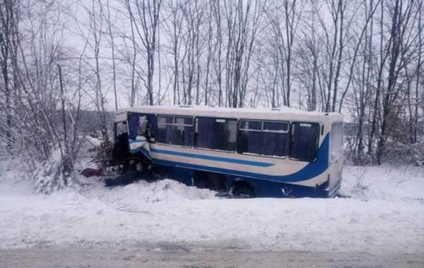 На Львовщине автобус столкнулся с авто: восемь пострадавших