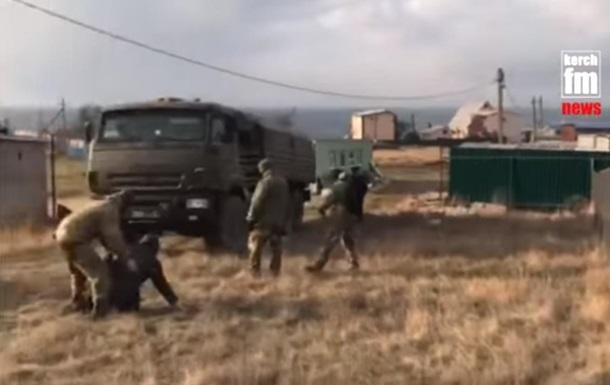 У Криму жителі села блокують військові КамАЗи