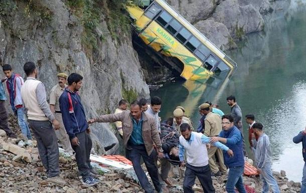 В Індії автобус упав у річку: загинули 32 людини